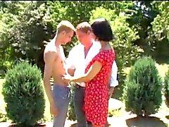 Ehemann und Frau nicht tun ihrem Sohn in den Garten