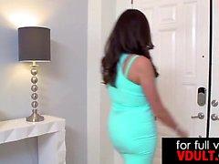 Kirli MILF Ariella Ferrera büyük bir alet kullanıyor