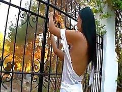 Charmante lesbiennes Vingeren in een tuin