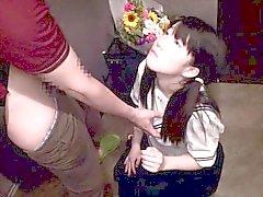Teenager japanese di uniforme da scolaretta tittyfucked nel corridoio
