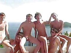 Шесть Hot Twinks имеющие гей гребаный партии в тонкой виллой