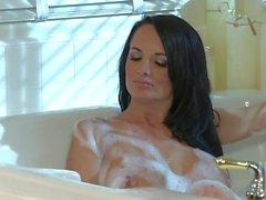 Alektra Blue et du prix de Kirsten doivent le sexe lesbien dans la baignoire