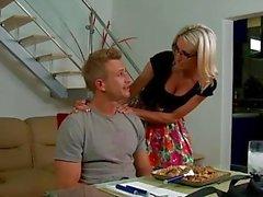 Blonde красотка в бокалы Эммы Старр позволяет titjob