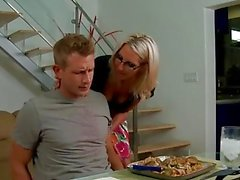 Blonde Babe in Gläsern Emma Starr gibt titjob