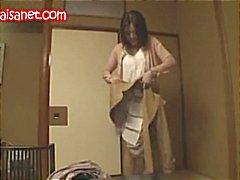 Rondborstige Japanse babe krijgt kutje gespeeld met , blaast en wordt geneukt