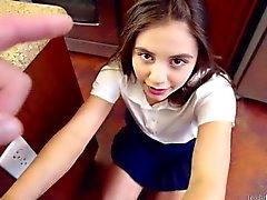 Spinner adolescente Lucy Doll toma su azote como una buena chica