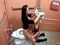 Hot Lezdom teef die orale uit haar slaaf in toilet