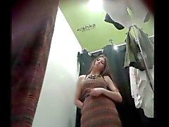 vrouw in de kleedkamer