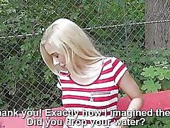 Chica checa follada en lugar público