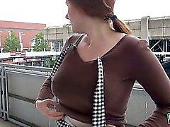 Eurobabe Hélène chatte pilonné au l'arrêt de bus
