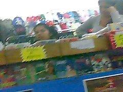 Knippert twee meisjes in de winkel ze lachen