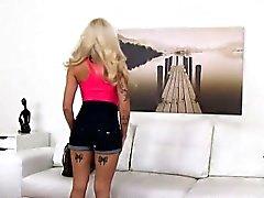 Tatouée petite blonde accepte le sexe pour un emploi