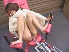 Сексуальная азиатские милашка раздвигает ноги а чертовски автомат буры ее пизда