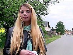 Tchèque blond clignotant belle extérieur seins