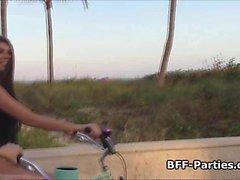BFFs ciclistas playa grupo de cuatro personas