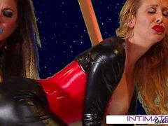 Jessica Jaymes e Cherie DeVille lambendo buceta