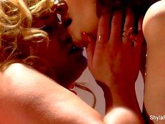 Busty lesbo toimiin Shyla sekä Taylor
