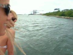 lesbians birichini su la barca