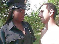 Ebony politieagent meisje neuken witte lul