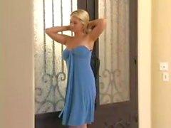 Alison Angel im blauen Kleid