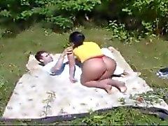 moeder en jongen werken in de tuin