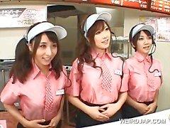 Aziatische rondborstige tiener trio knipperen tieten in het fast food