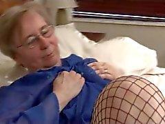 Granny на рыболовных сетей на кровать
