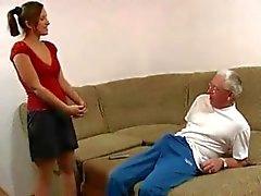 Puro sexo de la familia: el abuelo y la nieta de nuevo
