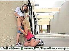 Nikkie innocence les jeunes amatrice brune avec les bas caresser foufoune à l'étage