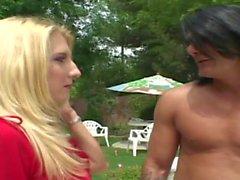Curvy Blondine verführt Pool-Reiniger, um sie am Pool zu schlagen