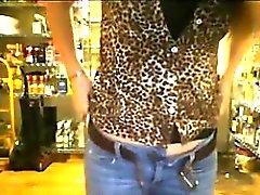 Atrapados masturbándose dentro de la tienda
