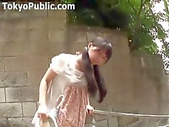 Japansk flicka går omkring med en vibrator i hennes trosor