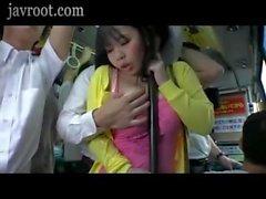 Un homme fille baise avec de gros seins dans un bus
