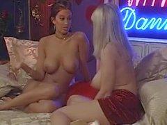 Danni Ashe en la cama con Nikki Nova