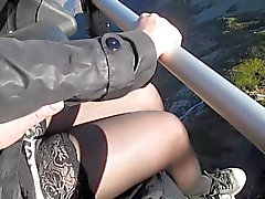 Aanraken van haar borsten en benen in kousen op kabelbaan