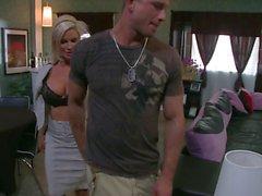 della vite prigioniera di Lucky arriva a Bang caldo Sesso con suocera Diamond Foxxx sul divano