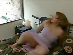 BBW masturbeert zichzelf naar een orgasme op haar bed