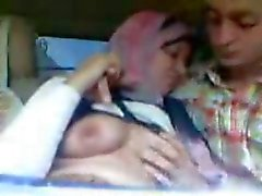 Arabiska Hijab flicka suger stora bröst och kysste i bilen