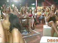 Dronken meisjes zuigen de hanen