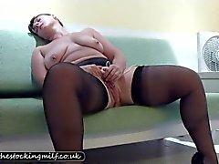 Britse Stocking Milf plaagt haar kutje