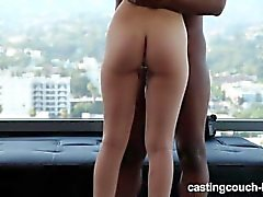 Petite Teen tomar enormes Cock Negro en Rap Video Casting