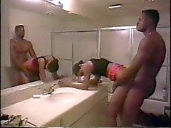Meisje zuigt jongens pik op de badkamer teller