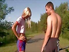 Outdoor meisje neuken in het openbaar