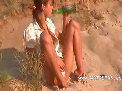 Zoete natasha teenie naakt op het strand