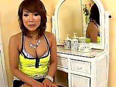 maman Slutty avec pussy glabre prend grosse bite dans la gorge