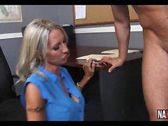Dicke Titten Blonde MILF Boss Fucks Intern Emma Starr