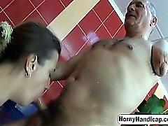 Handicapped mies vittuile brunette MILF kylpyhuoneen