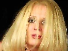 lesbos Kinky remplissent leurs énormes clochards avec la crème fouettée