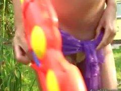 Carol Goldnerova pissen in ihrem Garten zu
