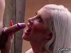 Hot stunner fica gozada no rosto chupando todo o esperma 26